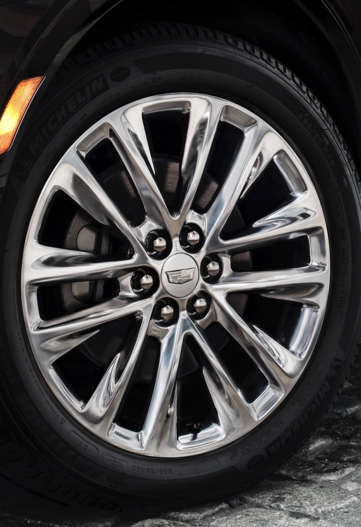 2019 XT5's available 20-inch Aluminum Wheels with Ultrabright Machined Finish and Midnight Silver accents.